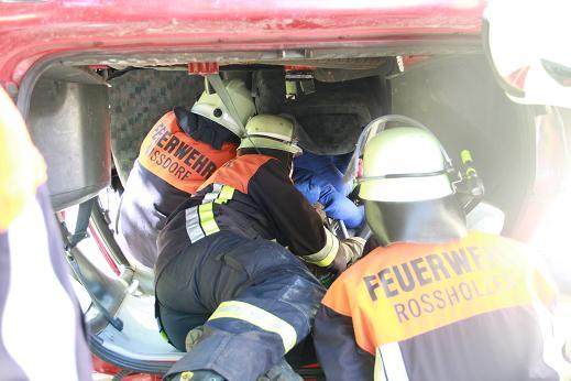 Feuerwehrübung-2013-Bergung-aus-Unfallauto